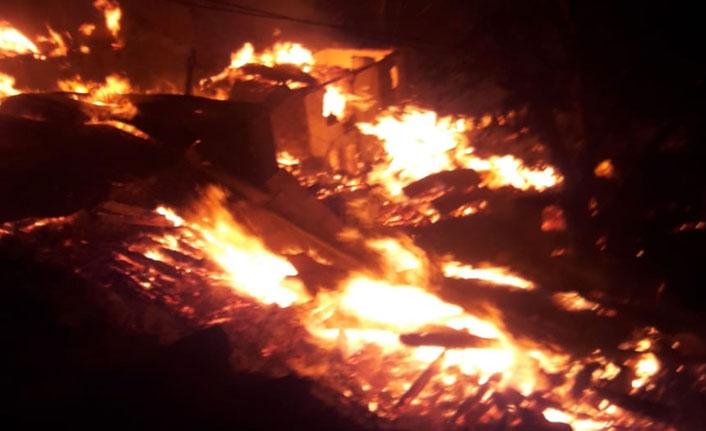 Yangın faciası! 10 ev kül oldu acı haber geldi