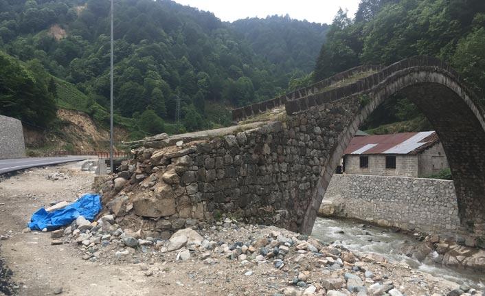 Rize'de tarihi taş köprü onarılmayı bekliyor!