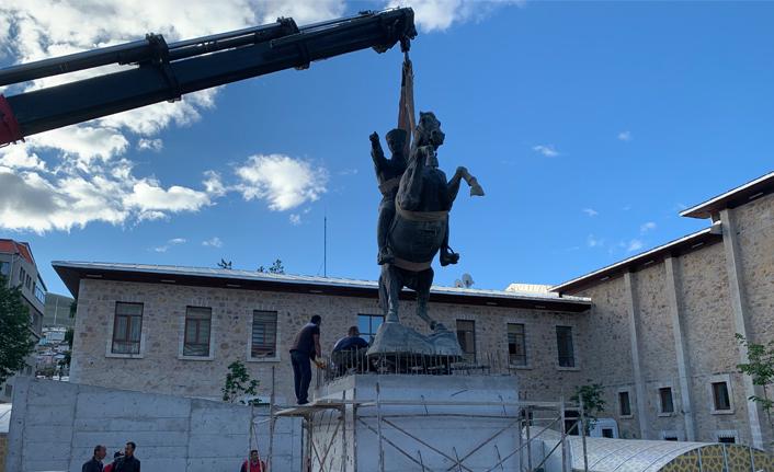 Bayburt'ta Atatürk anıtı tekrar yerine monte edildi