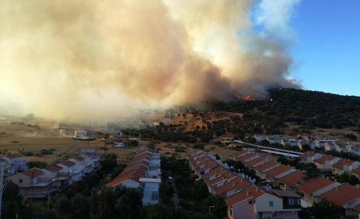 İzmir'deki yangın yazlık evlere doğru ilerliyor