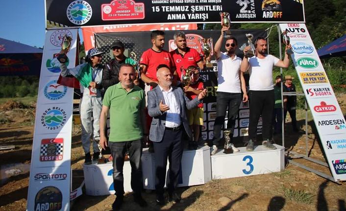 """Kupayı yine o bilindik sloganla kaldırdı: """"Bize her yer Trabzon"""""""