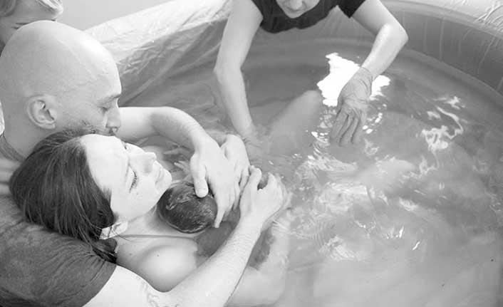 Suda doğum ağrıya azaltıyor