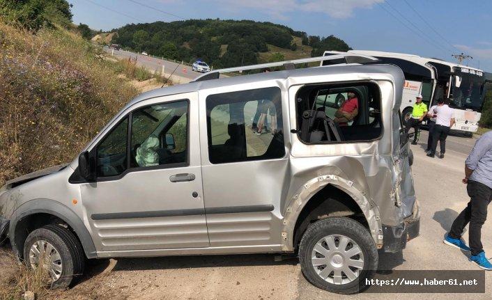 Yolcu otobüsü kamyonetle çarpıştı