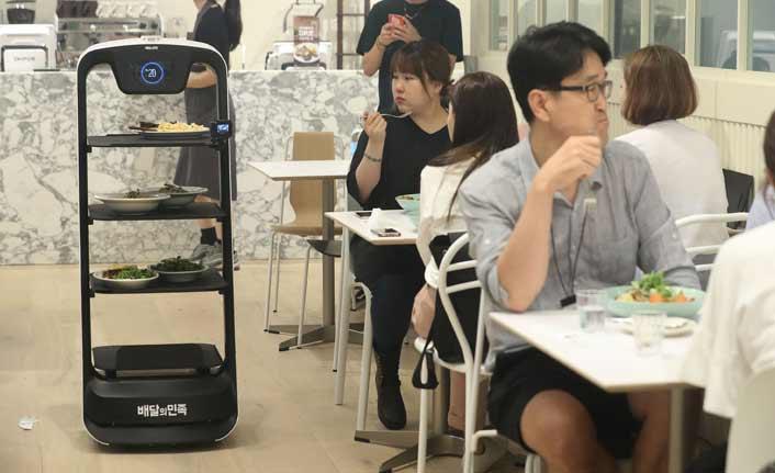 Bu restoranda robotlar servis yapıyor