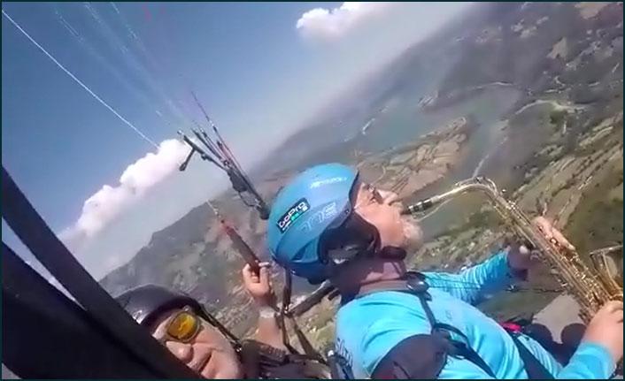 70 yaşındaki ihtiyar delikanlı gökyüzünde saksafon çaldı