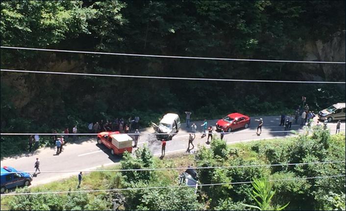 Çaykara'da araçlar kafa kafaya çarpıştı: 1 ölü, 3 yaralı