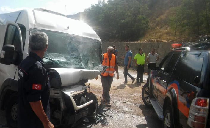Trabzon plakalı minibüs ile otomobil çarpıştı - 3 yaralı