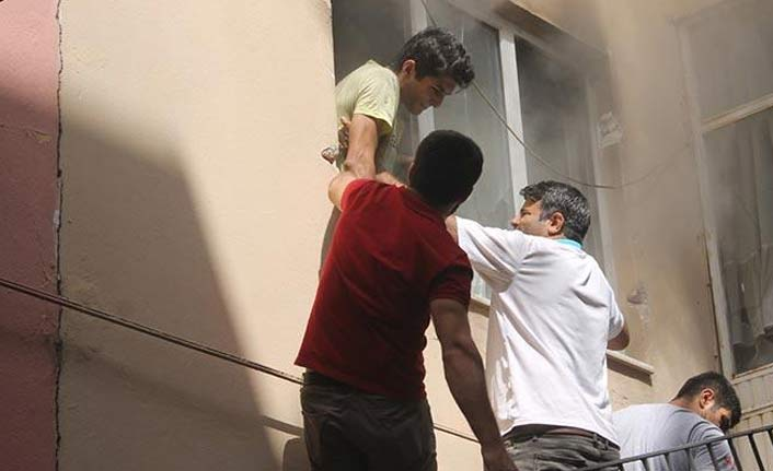 Yangında yardımına mahalle sakinleri koştu!