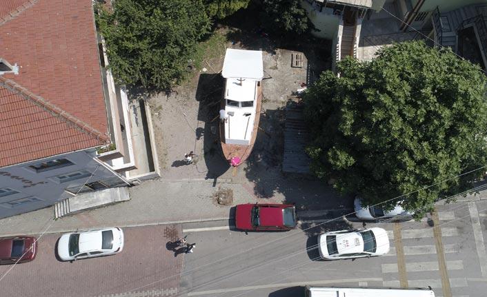 Trabzonlu Usta Dede yadigarı tekneyi mahalle arasında 3 ayda tamamladı