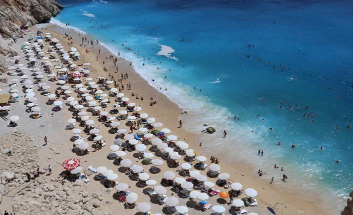 Turkuaz mavisi plaja akın ettiler