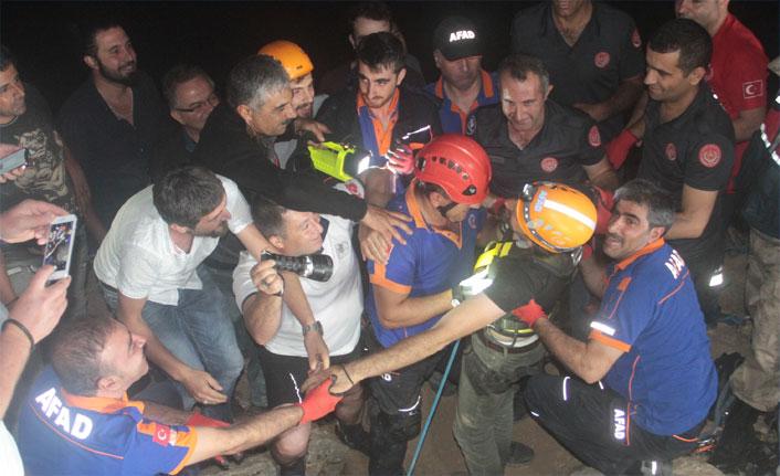 Mağarada mahsur kalan TV ekibi kurtarıldı!