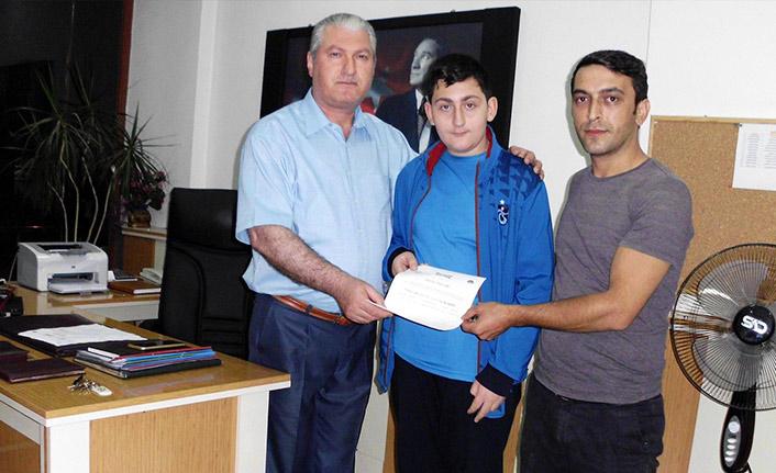 Torul'da genç vatandaştan örnek davranış