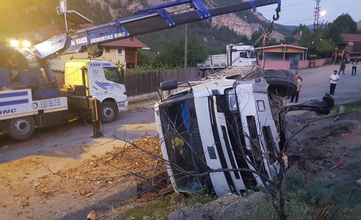 Park halindeki kamyon freni boşalınca devrildi