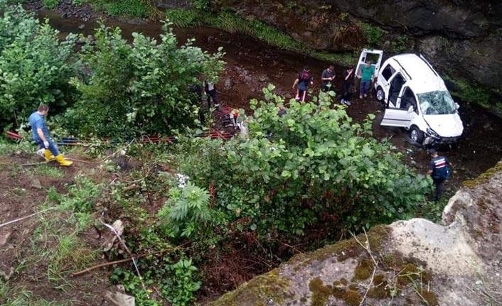 Trabzon'da araç dereye uçtu - 2 ölü