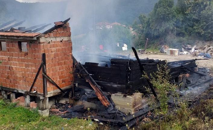 Araç alev aldı, yangın eve sıçradı