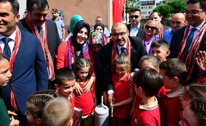 Trabzon'da ders zilini Vali Ustaoğlu ve Bahar Ayvazoğlu çaldı