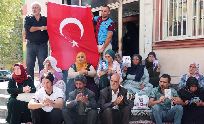 HDP önünde Trabzonspor formasıyla Türk bayrağı açtı