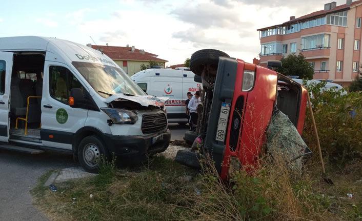 Öğrenci servisi kaza yaptı 5 yaralı
