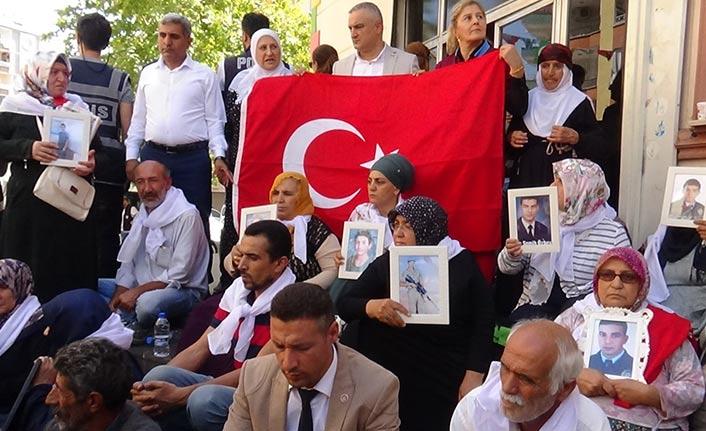 Trabzon ve Diyarbakır şehit ailelerinden HDP önündeki eyleme destek