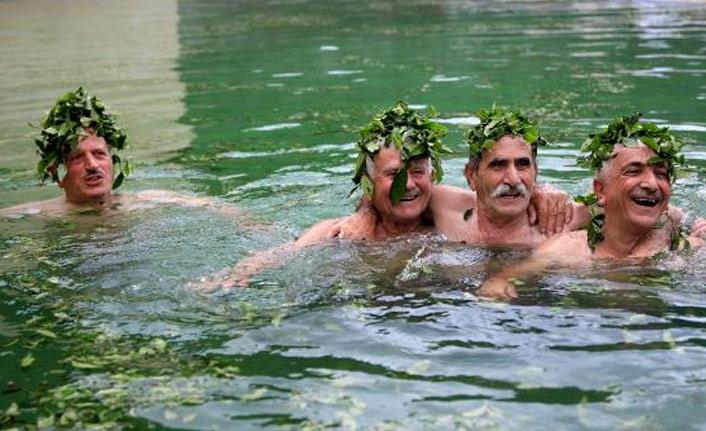 Termal havuzda yeşil çay banyosu