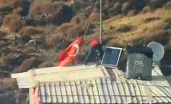 Yangında önce çatıdaki Türk bayrağını kurtardı