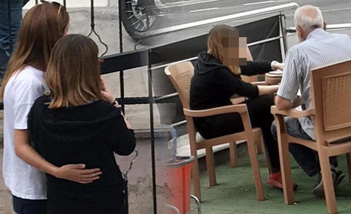 Liseli kızın yanına oturup...