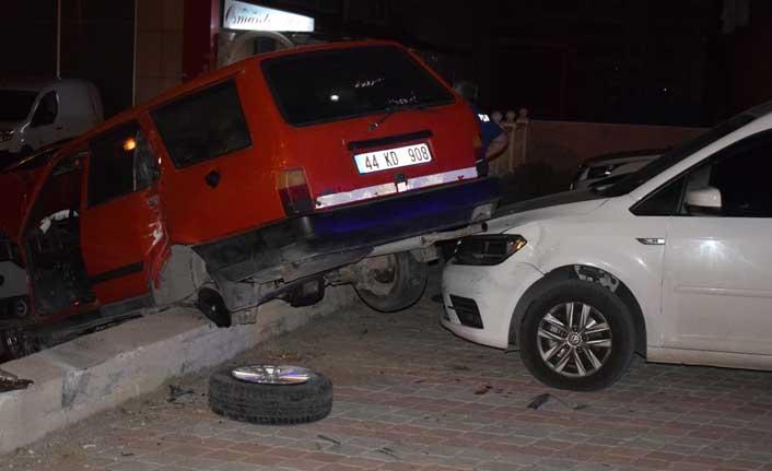 Otomobil park halindeki araçların üzerine uçtu