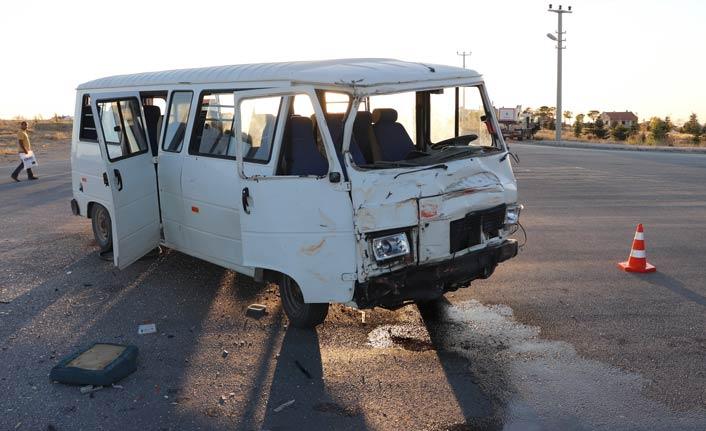 İki minibüs çarpıştı: 15 yaralı