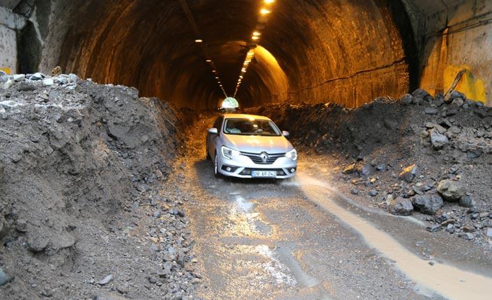 Borçka'da taşan dere tüneli kapattı