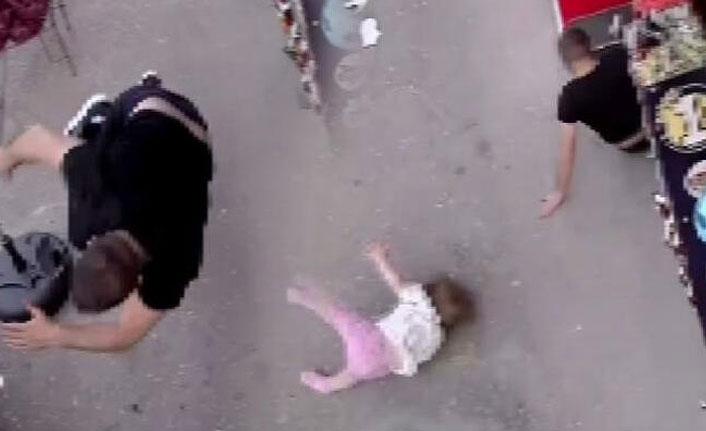 Vicdansız sürücü bebeğiyle bekleyen babaya böyle çarptı!