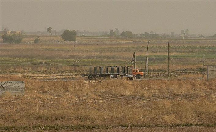 Terör örgütü YPG/PKK'dan sınır hattına beton blok sevkiyatı