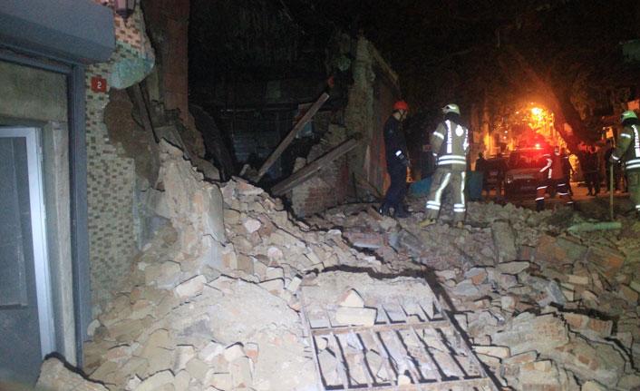 Beyoğlu'nda tek katlı metruk bina yerle bir oldu