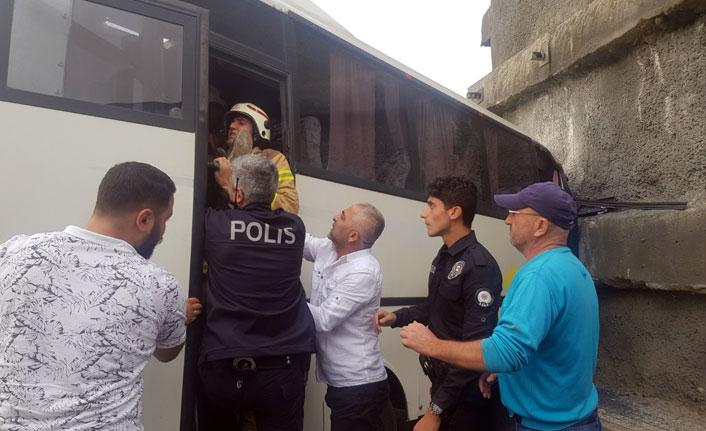 Başakşehir'de servis aracı duvara çarptı