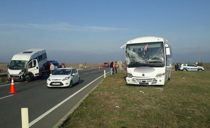 Servis araçları çarpıştı - 17 yaralı