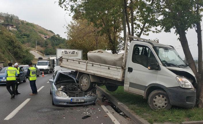 Samsun'da otomobil kamyonetin altına girdi