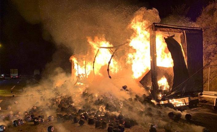 TEM'de tekstil malzemesi yüklü tır alev alev yandı