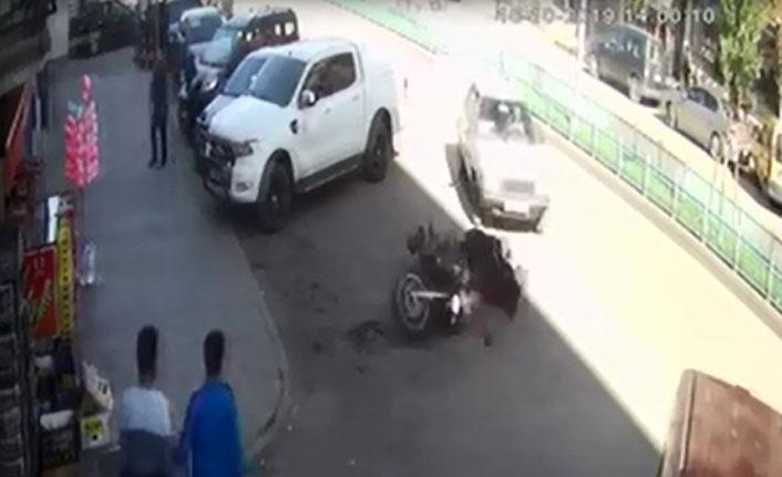 Yanlış manevra yapan sürücü polis motosikletine çarptı