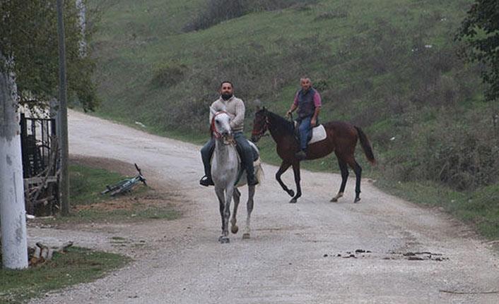 Bozuk yolları atlarla geçmeye başladılar