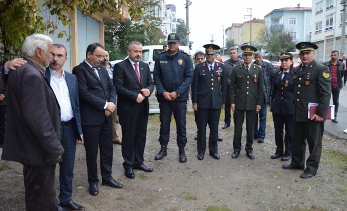 Şehit olan askerin babaevine Türk bayrağı asıldı
