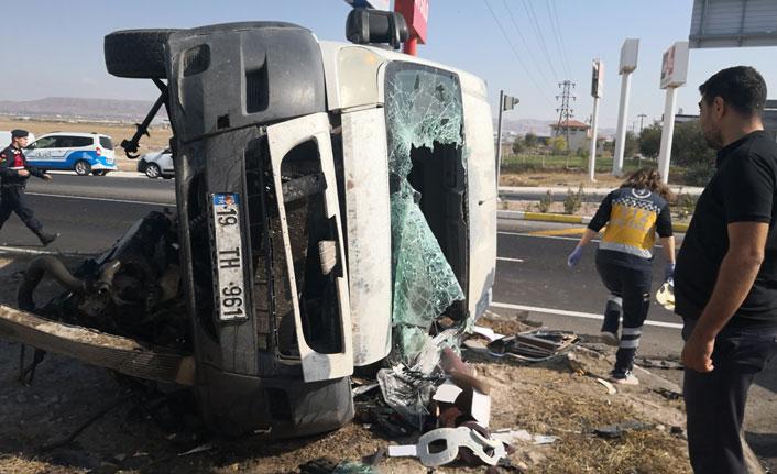 Minibüsle otomobil çarpıştı, yaralılar refüje saçıldı