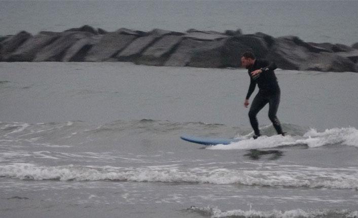 Karadeniz'de sağanak yağış altında sörf