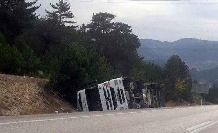 Ankara-İstanbul karayolunda tır devrildi
