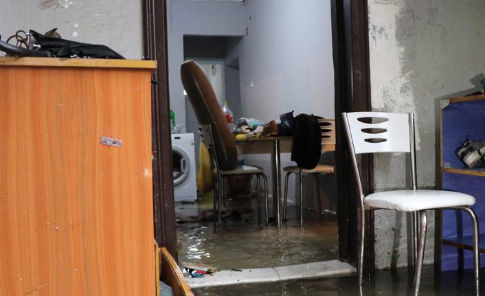 Sağanak yağış 5 evi kullanılamaz hale getirdi