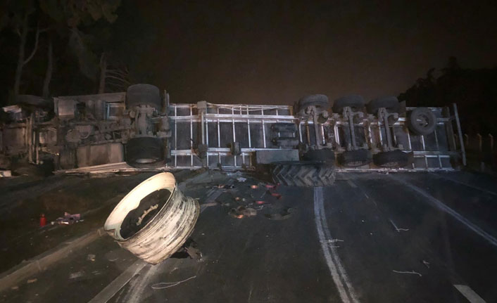 Bursa'da feci kaza...Devrilen çekici İzmir yolunu kapattı