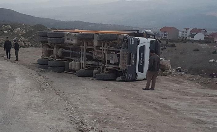 Emet'te harfiyat kamyonu devrildi