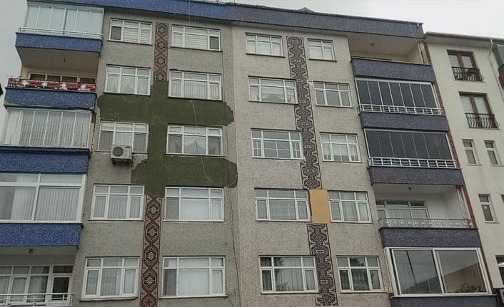 Rize'de bir binanın dış cephe kaplaması tehlike saçıyor