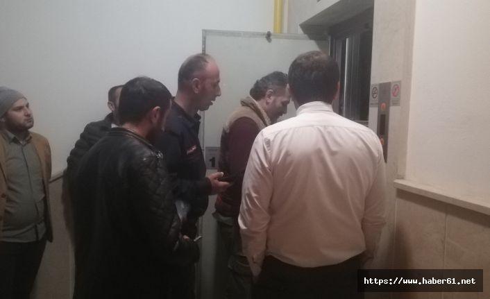 4 kişilik asansöre 7 kişi binince mahsur kaldılar!