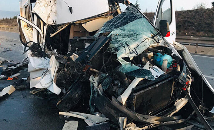 Bursaspor taraftarlarını taşıyan minibüs TIR'a çarptı