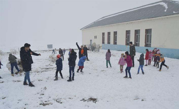 Öğrenciler, öğretmenlerini kartopu yağmuruna tuttu