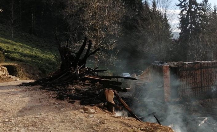 Trabzon'da 100 yıllık ev kül oldu